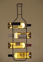 4 bouteilles de vins blancs au mur